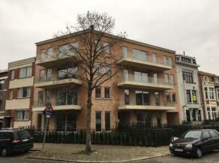 Prachtig gelijkvloers appartement van +/- 115m² met tuin, 2 ruime slaapkamers, ingerichte keuken, badkamer met toilet, ligbad, inloopdouche en wa