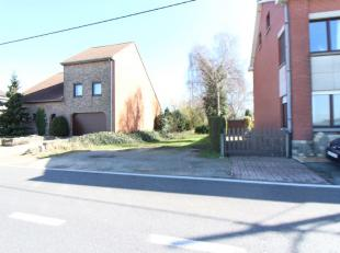 Terrain de 12Ares 30ca - Selon les prescriptions urbanistiques, possibilité de construire une maison unifamiliale 3 façades. Largeur du