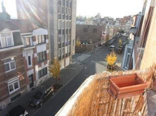 *** VENDU *** Quartier Karreveld : Appartement duplex de +/-105m² - Au 3ème étage: Hall d'escalier - Living de +/-19m² avec ba