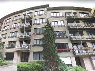 LAEKEN : Magnifique Appartement de 100m² avec 3 chambres. Il se compose comme suit: Un hall d'entrée de +/- 11 m², un séjour d