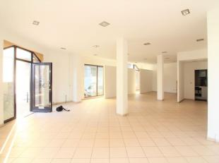 Quartier Jeux de Balle - Surface commerciale de +/-100m² se composant comme suit: Une pièce de +/-90m². Une cuisine équip&eacu