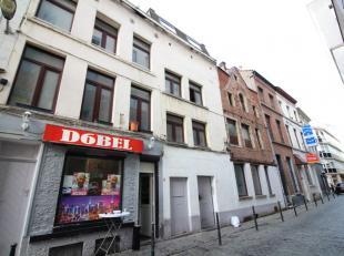En plein coeur de Bruxelles - Trois immeubles communiquants composé comme suit : une maison de commerce de +/- 150m², un immeuble de rappo