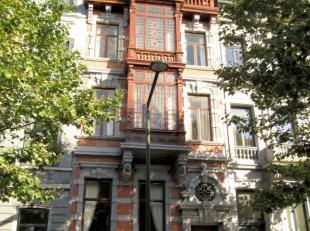 Splendide maison de maître partiellement classée de l'architecte Paul Jammaert. Elle est divisée en 4 logements entièrement