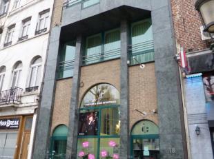 Dans le centre ville à deux pas de la rue Neuve - Un commerce de +/- 190m² - Composé d'un entre-sol : salle d'eau (6.1x4.5) - wc s&