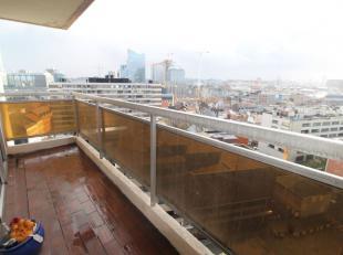 Bel appartement en bon état de +/-55m² avec +/-9m² de balcons - Au 11ème étage/13: Hall d'entrée avec wc s&eacut