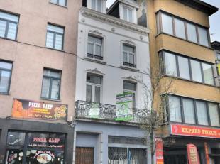 Quartier Porte d'Anderlecht - Immeuble mixte composé d'un rez com + logement aux étages de +/- 220m² - Il se compose comme suit: Re