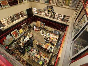 Quartier Horta - Grand commerce de +/-450m² sur 3 niveaux - Actuellement magasin de BD (fond de commerce possible) - Au rez-de-chaussée: A