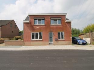 Sint-Pieters-Leeuw - Herenhuis met 4 slaapkamers erkend als een eengezinswoning momenteel verdeeld in 2 woningen. Het is samengesteld in het 1e deel:
