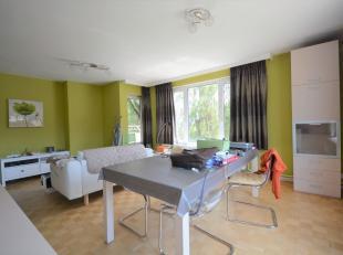 Bel appartement 2 chambres + terrasse de +/- 80m² - Au 2ème étage d'un immeuble de 18 étages - Composé d'un hall d'en