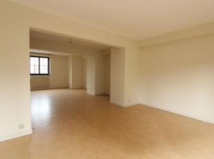 Historische centrum van Brussel / Quartier Sainte Catherine - Mooi duplex appartement 110M - Het bestaat uit een hal - Een ruime woonkamer van +/- 35M