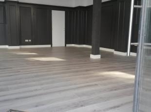 Volledig gerenoveerde en instapklare winkel/kantoorruimte (ook voor vrij beroep) gelegen op de gelijkvloerse verdieping van een totaal gerenoveerd her