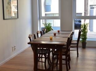 Dit duplex appartement bevindt zich deels op het gelijkvloers en deels in de kelderverdieping. Het appartement is volledig gemeubileerd en beschikt ov