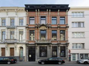 Dit majestueuze gebouw en tevens beschermd monument huisvest momenteel een atelier, toneelhuis en duplex appartement. De grote ruimtes ademen de sfeer
