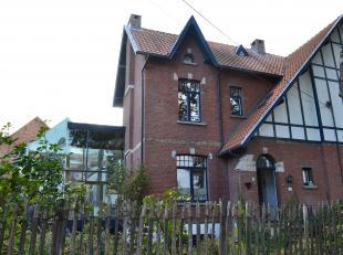 IN OPTIE - Deze woning dateert uit 1914 en dat kan je zien aan o.a. de prachtige gevel, de originele deuren en traphal. Er werd reeds meer licht gecre