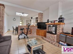 Jolie maison 3 chambres avec garage composée d'un hall d'entrée, d'un séjour, d'une cuisine équipée, d'une salle de