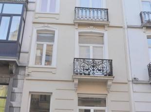 Dans une petite rue calme à proximité de la rue Royale et de la place Madou, et des C.E.E, cet élégant appartement r&eacut