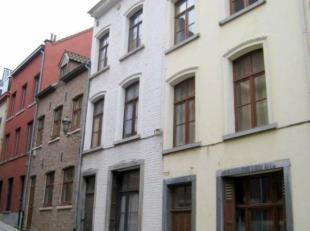 Dit gebouw ligt op 400 meter van de Zavel in een gezellig straatje loodrecht op de Miniemenstraat, in het hart van de beroemde Marollen. Dit gebied is