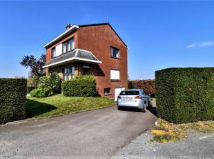 Belle villa 4 chambres avec jardin et garage sur un terrain de 1076m². Surface habitable: 157 m². Le rez-de-chaussée se compose d'un