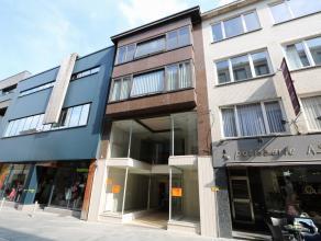 Dit appartement is gelegen op de 3e verdieping in het centrum van Beveren, in de winkelwandelstraat. Het appartement omvat een inkomhal/nachthal met a
