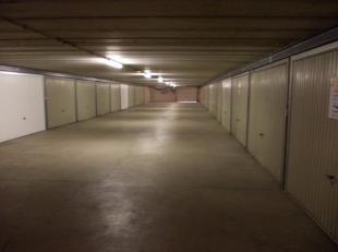 Het is een ruime gesloten box in een garagecomplex op een boogscheut van het centrum en zeedijk.