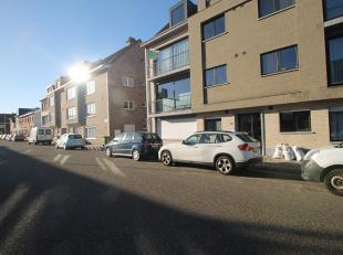 Mooi, instapklaar appartement met drie slaapkamers en terras op centrale locatie te Deurne (grens Borsbeek)!<br /> <br /> Dit appartement op de eerste