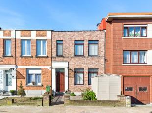 Eengezinswoning met twee slaapkamers en terras te Deurne!<br /> <br /> Deze woning geniet volgende indeling:<br /> <br /> De gelijkvloerse verdieping