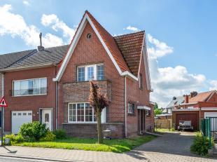 Karakteristieke halfopen bebouwing met drie slaapkamers op centrale locatie te Wommelgem nabij de grens met Ranst!<br /> <br /> Deze te renoveren woni