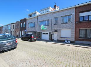 Ruime eengezinswoning met grote garage en drie slaapkamers te Deurne!<br /> <br /> Deze woning is ingedeeld als volgt:<br /> <br /> De gelijkvloerse v