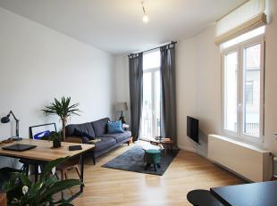 Prachtig vernieuwd appartement op de eerste verdieping met 2 slaapkamers, veel lichtinval, aparte meters en lage algemene kosten in het gebouw. <br />