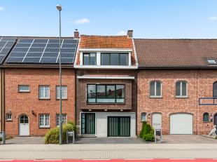 Mooie bel-étage woning met drie slaapkamers, garage en tuin te Wommelgem!<br /> <br /> Deze woning geniet volgende indeling:<br /> <br /> Op de