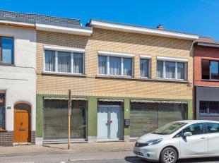 Te renoveren handelsruimte met woonst op uitstekende locatie in het centrum van Wijnegem!<br /> <br /> Deze te renoveren eigendom geniet op de gelijkv