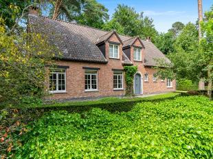 Charmante villa op toplocatie in Wijnegem met prachtige tuin. <br /> <br /> Deze villa staat op een perceel van +/- 1165m² en werd gebouwd in 197