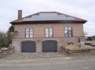 Prachtige villa gelegen in het rustige dorpje Ottergem, doch nabij tal van invalswegen, winkels, scholen, ... Woning omvattende inkomhal (vestiare), a