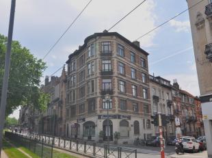 Ruim appartement op de 4de en laatste verdieping van een elegant hoekgebouw uit 1928. Het biedt +/- 160m ² bruto, waarvan +/- 145m ² netto w