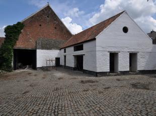 Cette ferme du XVIIème sise à la frontière des deux Brabants et du Hainaut, accueille cet ensemble composé d'une maison en