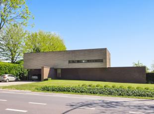 A 15 minutes d'Enghien sur la commune d'Ath, cette villa résolument contemporaine de 2009 vous offrira de beaux et grands espaces lumineux. Les