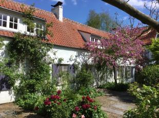 In Houdeng op 10 minuten van Nijvel. Bijzonder mooi en groot voormalige  jachthuis gelegen op een terrein van 1 HA en volledig gerenoveerd. De ligging