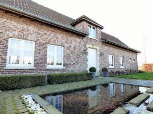 Landelijk gelegen villa te Deerlijk, afgewerkt met duurzame materialen. Inkom met gastentoilet, toegang tot het bureel en de leefruimte, trap naar het