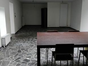 Ruim duplex appartement in het centrum van Nijlen en nabij openbaar vervoer.Dit appartement omvat op de gelijkvloerse verdieping een inkomhal, ruime w