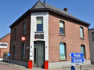 Goed gelegen handelspand + appartement op de hoek van de Schrieksesteenweg en Leuvensebaan, met ruim terras voor cliënteel.Het handelspand (137m&