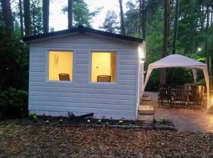 Zeer mooie, nieuwe stacaravan op perceel van 380 m² in mooi bosrijk vakantiepark.Deze zeer goed afgewerkte chalet/stacaravan bestaat uit volledig