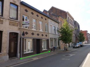 Ruime stadswoning met tuin, gelegen te Tienen, Hoegaardenstraat 64, totale perceeloppervlakte van 3a74ca, KI 589 euro. Deze woning werd gerenoveerd in
