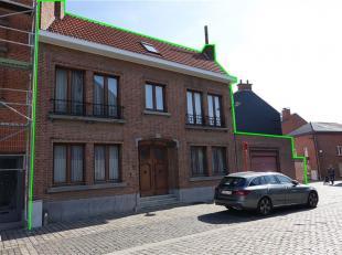 Ruime en toffe stadswonig met overdekt terras, tuintje en carport, gelegen te Tienen, Meendijkstraat 27. Totale perceel oppervlakte van 1a 50ca. Het g