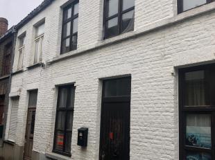 Brugge centrum, nabij Langerei. Rijwoning met inkom, woonkamer, keuken en stadskoertje. Op de eerste verdieping 1 slaapkamer en badkamer met ligbad. E