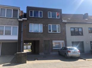Gelegen te Sint-Kruis, nabij Maalse Steenweg. Bestaande uit een woonkamer met terrasje, apart toilet, keuken met elek. fornuis, 2 slaapkamers en badka