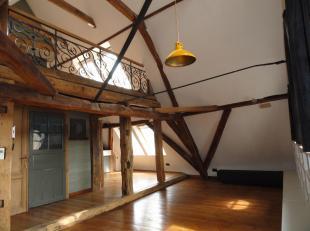 Karaktervol appartement op de 3de verdieping op slechts enkele meters van de Markt. Indeling: inkomhall, ruime, luchtige leefruimte met parket en hout