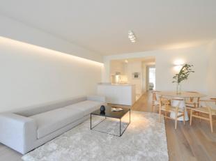 Prachtig gerenoveerd 2-slpk. appartement met zijdelings zeezicht, uitstekend gelegen vlakbij het Driehoeksplein...Samenstelling: Inkom met gastentoile