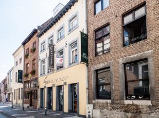 Algemeen<br /> Dit statig handelspand met duplex-appartement beschikt over een commerciële toplocatie in de binnenstad van Maaseik. De historisch