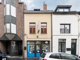 Dit handelshuis (anno 1918) werd omstreeks 1993 quasi her-opgebouwd en is centraal gelegen op de Eikerstraat - één van de vier hoofdstra
