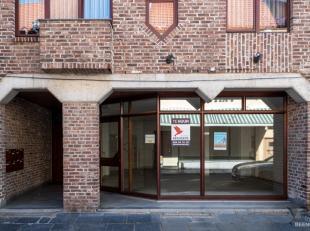 Gunstig gelegen handelspand in het centrum van Maaseik. Winkelruimte van 60m2 met grote vitrine. Achterliggende berging van 25m2 met WC. Private kelde